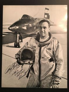 "Catawiki Online-Auktionshaus: Original signed Photo by William John ""Pete"" Knight US Test Pilot and Astronaut shwoing him in front of its  X-15A-2 plane on the day of its world record flight"
