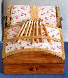 Kantklos Tafeltje voor stropkant An interesting pillow design that caught my eye. Lace Making, Bobbin Lace, Antique Lace, Pillow Design, Old And New, Lace Pillows, Tatting, Needlework, Projects To Try