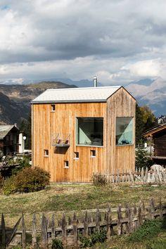 Holzbauarchitektur Chalet Sputnik in Grächen - architektur haus Tiny Mobile House, Tiny House, Space Place, Fire Pit Backyard, Tiny Living, House In The Woods, Facade, Architecture Design, Exterior