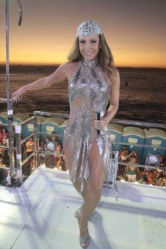 Claudia Leitte arrasa com figurino transparente em Salvador