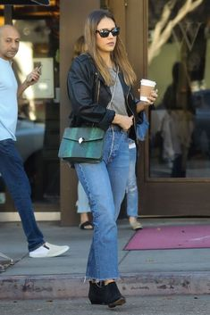 Jessica Alba wears a Ralph Lauren Jacket and a Bvlgari Bag Jessica Alba Casual, Jessica Alba Outfit, Jessica Alba Style, Modest Winter Outfits, Bvlgari Bags, Jeniffer Aniston, Star Clothing, Business Casual Outfits For Women, Celebrity Style Inspiration