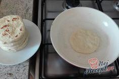Extra rychlé česnekové placky plněné sýrem, perfektní jako náhrada pečiva na grilovačku! | NejRecept.cz Decorative Plates, Dairy, Pizza, Cheese, Super, Food, Potato Latkes, Garlic Mushrooms, Top Recipes