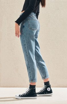 Create a cute and casual look with the Lexie Blue Mom Jeans by PacSun. These must-have blue jeans are made from a reliable rigid fabric and boast a high-rise fit and a tapered leg for a comfortable fit. Outfit Jeans, Superenge Jeans, Mode Jeans, Casual Jeans, Casual Outfits, Ripped Jeans, Buy Jeans, Black Mom Jeans Outfit, Black Pants