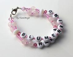 Dieses süße Armband ist zweireihig.  Aufschriften: Blumenkind und der Name des Kindes    Gerne fädle ich auch anderen Text oder Telefonnummern auf!