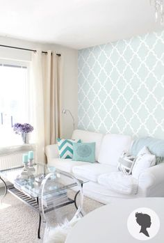 Papel de parede, cortina, sofá, tapete e mesa