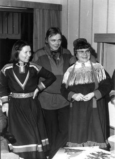 Maj Lis Skaltje längst till vänster i Gällivare kolt 1976. On the left side Maj-Lis Skaljte in traditional Gällivare Saami kirtle in 1976.