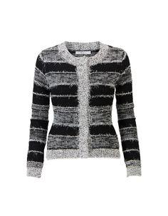 Zwart vest met lange mouwen en een ronde halslijn. Dit aansluitende model heeft een blinde sluiting op het voorpand. Het furry vest heeft een allover streeppatroon en valt op de heupen.