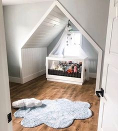 Kusový koberec Puffy Dream ve tvaru mráčku je skvělým společníkem do všech dětských pokojů.  👉Ručně tkaný kusový koberec Puffy Dream👈  Součástí koberce je i malý poštářek vyplněný 100% polyesterem.   #koberec #mujkoberec #obyvacipokoj #design #interier #detskypokoj #loznice Toddler Bed, Furniture, Design, Home Decor, Child Bed, Decoration Home, Room Decor, Home Furnishings