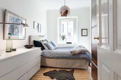 Sovrum med dubbelsäng och mycket förvaring