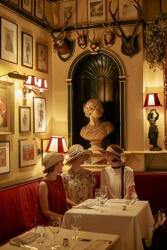 #DowntonAbbey season 5 - Cool pic in 1920's restaurant http://oztvreviews.com/2011/12/upstairs-downstairs-2010/RULES RESTAURANT