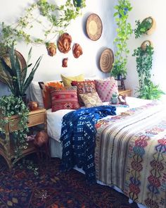 Our beautiful kilim rug on the bed, draped vintage mudcloth, kilim & vintage banjara cushions, our gorrrrrrgeous bluehemian persian rug on the floor....I mean, HELLO THURSDAY ✌ We got earthy bohemian vibes up in here today, all under the loving gaze of these etheral, fiiiiine leather faced ladies & my truly epic vintage leather camel (can you spot him?