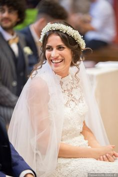 5 consigli per indossare una splendida corona di fiori nel giorno delle  nozze. Coroncina di fiori come accessorio capelli da sposa ... b81b822fb37
