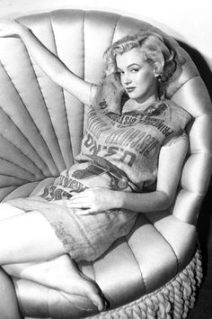 Marilyn could even make a potato sack look good. 1951   - HarpersBAZAAR.com Norma Jean, Classic Hollywood, Old Hollywood, Hollywood Sign, American Actress, Marylin Monroe, Marilyn Monroe Photos, Potato, Harpers Bazaar
