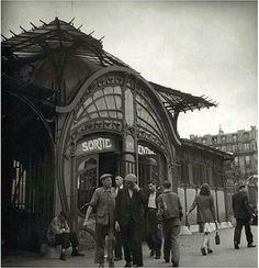 Bouche de Métro, place de la Bastille / Photo par Alexandre Trauner Old Paris, Vintage Paris, Bastille, Paris Kunst, Metro Paris, Paris Flat, Victorian Greenhouses, Beautiful Paris, Art Nouveau Architecture