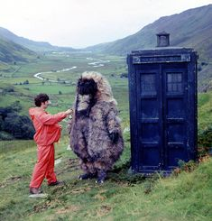 Reg Whitehead as the Yeti standing beside the Tardis with member of the production staff on location in Snowdonia Doctor Who Film, Eleventh Doctor, Lost Episodes, Doctor Assistant, America Movie, Alien Ship, Science Fiction Series, Second Doctor, Rage