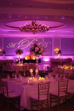 Salón para boda iluminado con velas y una luz malva