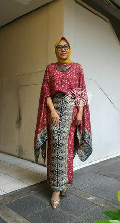 Batik Palembang cantik. Tertarik? Whatsp 081297650165 Batik Fashion, Abaya Fashion, Muslim Fashion, Boho Fashion, Fashion Outfits, Emo Outfits, Batik Blazer, Blouse Batik, Batik Dress