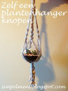 Het regent pijpenstelen! Tijd voor een leuk DIY project binnenshuis: een plantenhanger knopen van zpaghetti. Het is eigenlijk een vervolg op...