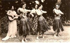 Vintage Hula Girls – 26 Charming Snapshots of Women in Hula Dace Costumes in the Past Hawaiian People, Hawaiian Dancers, Christian Missionary, Hula Dancers, Hula Girl, Dance Lessons, Hawaii Vacation, My Little Girl, Big Island