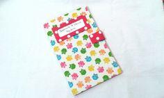 Capinha para caderneta de vacinação em cartonagem com fechamento em velcro, revestida em tecido de corujinha e pink de poá branco. <br> <br>Fazemos outras cores e temas.