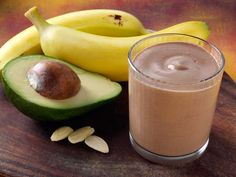 This smoothie is a great way to start your day or re-fuel after a tough workout. It is chock full of healthy nutrients, and hits the chocolate spot every time! Power Smoothie, Smoothie Drinks, Smoothie Recipes, Smoothies, Healthy Treats, Healthy Recipes, How To Make Homemade, Dairy Free Recipes, Brunch Recipes