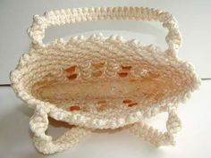 Materials & Supplies Needed To Make Macrame Purse 110 yds of BRAIDED macrame cord (or braided) 20 one inch wooden beads beads front, 10 beads back) knotting board or ceiling tile T-… Macrame Purse, Macrame Cord, Macrame Knots, Macrame Bracelets, Clove Hitch Knot, Macrame Bracelet Tutorial, Purse Tutorial, Diy Purse, Macrame Projects