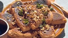 Brombær pandekager toppet med nødder og honning