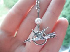 The Hunger Games - Katniss Mockingjay Pin Silver Archery Necklace with Peeta's Pearl - Sparrow