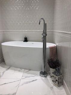 Wanna wolnostojąca na niewielkiej przestrzeni - tak! Zdjęcie z realizacji z wanną ELEGANT i baterią VENICE, przesłane przez zadowolonego Klienta jednemu z naszych Partnerów. Dziękujemy za zdjęcia tej pięknej łazienki ekipie sklepu lazienkidlaciebie.pl  :)! Classic Bathroom, Modern Bathroom, Minimalist Bathroom, Clawfoot Bathtub, Amazing Bathrooms, Sweet Home, Bedrooms, Sink, House Design