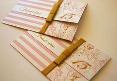 Para aniversariantes mais românticas e delicadas, um gracioso convite de 15 anos.  Produzido em papel com brilho perolado e impres...