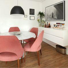 Sala de jantar, destaque para a mesa Saarinen com cadeiras rose e buffet suspenso, adorei o design!!! Projeto by @casa2arquitetos e  by @mariana_orsi via @casadevalentina #dinningroom #saarinem #mobile #móveis #photo #photooftheday #design #homedecor #amazing #decor #arquiteto #architect #arquiteta #instabest #glamour #interiores #decoration #decoracion #cool #estilo #style #arquitetura #love #architecture #fabiarquiteta #fabiarquitetainspira
