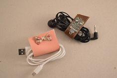 Tutoriel simple range-écouteurs/range-cables DIY - auseychelles.fr Diy Couture Rangement, Diy Rangement, Range Cable, Diy Pochette, Earphone Case, Idee Diy, Dyi Crafts, Wood Gifts, Year 7
