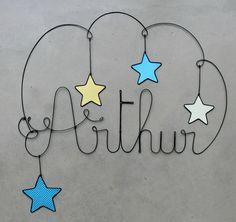 Arthur in wire. Sculpture Textile, Wire Art Sculpture, Wire Crafts, Metal Crafts, Diy Wall Art, Metal Wall Art, Baby Crafts, Diy And Crafts, Metal Coat Hangers