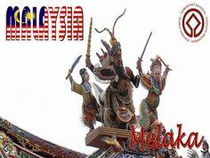 La ville de Malacca (Melaka) est un site touristique certifié Patrimoine mondial de l'UNESCO. La ville est baignée par le détroit de Malacca. Une rivière du même nom la divise en deux parties. L'ancienne ville hollandaise, qui était autrefois habitée par les Européens est sur la rive gauche; le quartier commerçant, est sur la rive droite.