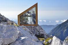 OFIS architects e AKT II con tredici studenti hanno affrontato la sfida della progettazione di un rifugio innovativo ma pratico per soddisfare le esigenze del clima alpino estremo, indagando anche l'aspetto simbolico del bivacco.