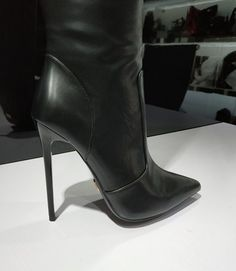 Thigh high elegant Italian style boots with heels, no platform, red lining and full length zipper in BLACK MATTE. Black Thigh Boots, Knee High Boots, High Heels, Italian Style, Thigh Highs, New Fashion, Milan, Thighs, Footwear