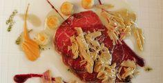 Carpaccio de añojo con virutas de foie y queso de cabra y salmorejo de judería