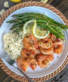 Lemon Garlic Butter Shrimp with Asparagus - this is an easy light and healthy dinner option that is cooked in one pan and can be on your table in 15 minutes. Buttery shrimp and asparagus flavored with lemon juice and garlic. Only 309 calories per serving Healthy Dinner Options, Healthy Meal Prep, Healthy Dinner Recipes, Healthy Eating, Cooking Recipes, Healthy Drinks, Keto Meal, Healthy Dinner For One, Healthy Plate