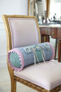 Bolster cushion, free pattern  by Ideas KNIT bolster Crochet flowers, thanks so for sharing this xox