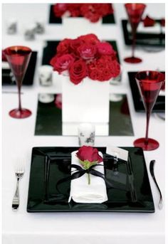 Dramatic black, white and red Valentine's Day tablescape. #ValentinesDay #VDay
