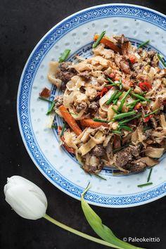 Pehmeäksi haudutettu aasialainen kaalilaatikko /// Suomalaiseen tapaan uunissa pehmeäksi haudutettu kaalilaatikko saa uutta twistiä ja kivasti lämpöä sekä vähän väriäkin aasialaisesta keittiöstä tutuksi tulleista aineksista. Kokeile, kuinka wokki t… Yams, Japchae, Food Ideas, Pasta, Beef, Ethnic Recipes, Meat, Ox, Noodles