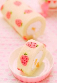 Try a Japanese-style cake roll! This springtime version features an almond sponge cake and a strawberry whipped cream filling. Japanese Snacks, Japanese Sweets, Japanese Candy, Japanese Roll Cake, Japanese Wagashi, Japanese Food Art, Japanese Style, Pretty Cakes, Cute Cakes