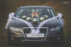 Esküvői Audi A6 V alakú virágdíszekkel