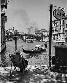 Venice, 1950 by David Seymour - Italy. Venice, 1950 by David Seymour - Old Pictures, Old Photos, In Loco, Foto Poster, Henri Cartier Bresson, Vintage Italy, Retro Vintage, Black Picture, Magnum Photos