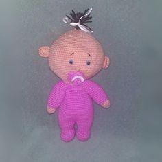 boneca em crochet confeccionada em lã 100% acrílica, olhos com trava de segurança com +/- 37 cm