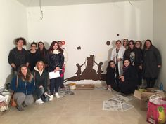 GLi studenti e le professoresse nelle fasi iniziali di realizzazione del murales. Liceo artistico Stagio Stagi. Pietrasanta