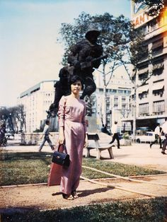 Fashionistas of Saigon: These Vintage Photos Capture Vietnamese Women's Street Style That Will Make You Go Wow! Decades Fashion, 60s And 70s Fashion, South Vietnam, Vietnam War, Vietnam History, Retro Baby, Indochine, American War, Ao Dai
