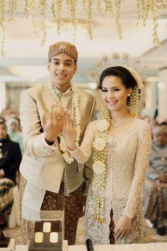 17 Best images about Traditional Wedding Gown from Vera Kebaya, Kebaya Lace, Batik Kebaya, Kebaya Dress, Kebaya Wedding, Muslimah Wedding Dress, Javanese Wedding, Indonesian Wedding, Wedding Attire