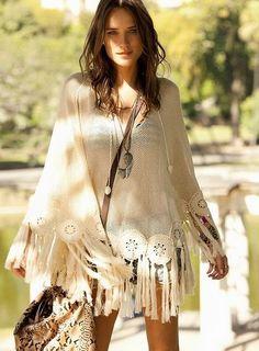 TatiTati Style ❀ ☼ ☾ New Bohemian fringe poncho, modern hippie style with long gypsy necklace. Hippie Chic, Hippie Style, Hippie Elegante, Boho Chic, Mode Hippie, Gypsy Style, Hippie Masa, Boho Gypsy, Bohemian Mode
