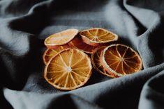Erilaisilla itse tehdyillä koristeilla joulukuusesta tulee persoonallisen näköinen. Pallot, kimaltelevat köynnökset ja erilaiset valot ovat tyypillisiä joulukuusenkoristeita. Kuusen voi kuitenkin koristella myös muilla tavoilla ja tehdä koristeita itse - samalla säästät rahaa, sillä kaupasta ostetuista koristeista Fruit Recipes, Snack Recipes, Snacks, Savory Tart, Little Rose, Fruit Shakes, Slow Living, Nutrition Education, Dried Fruit